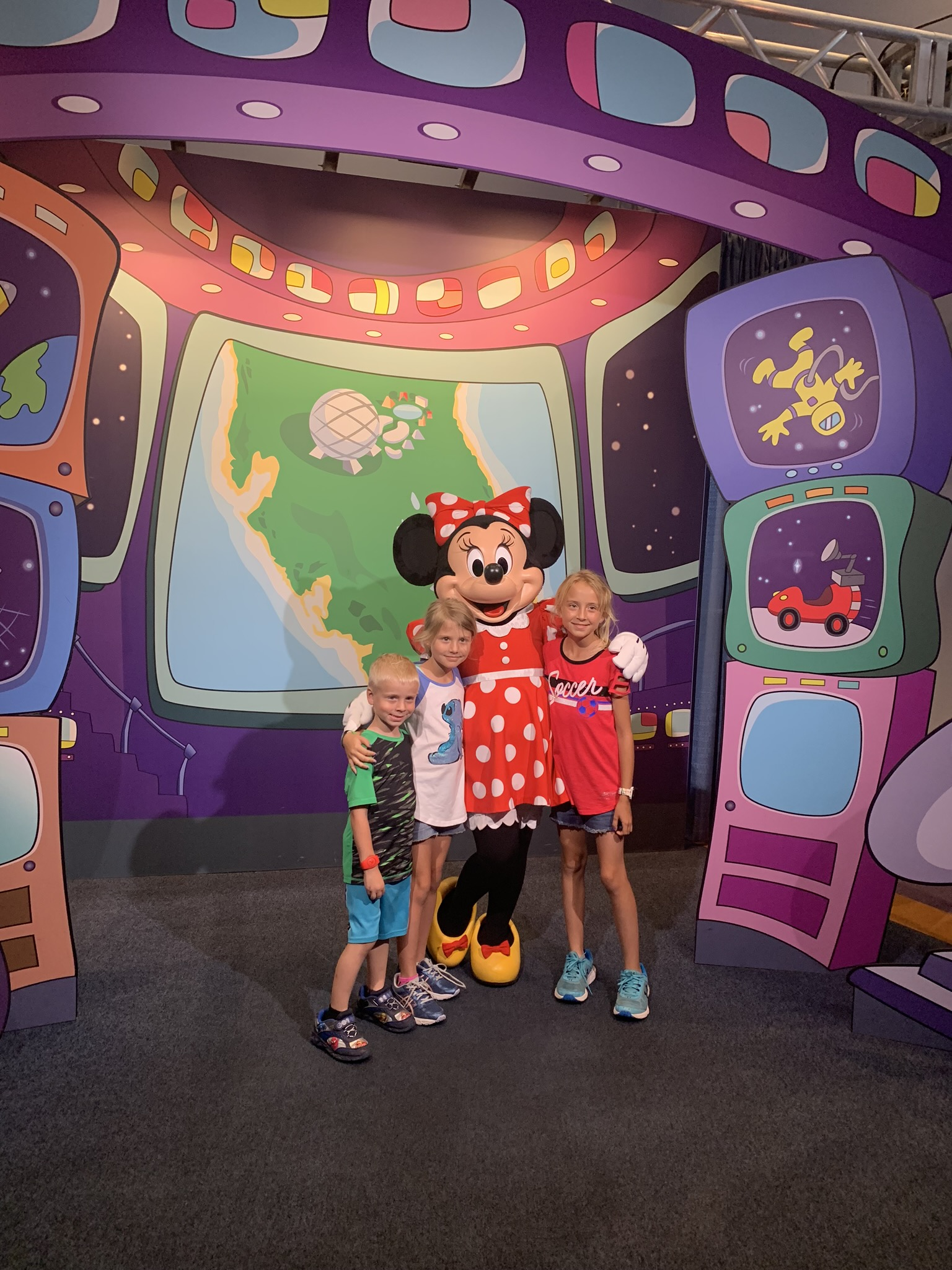 kids taking a photo with Minnie Mouse
